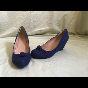 Chinese Laundry navy almond toe wedge